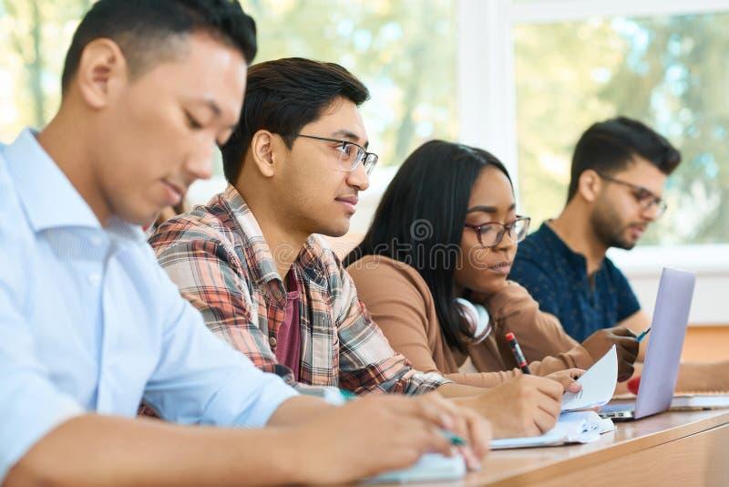 Geconcentreerde studenten die op de universiteit bestuderen royalty-vrije stock foto