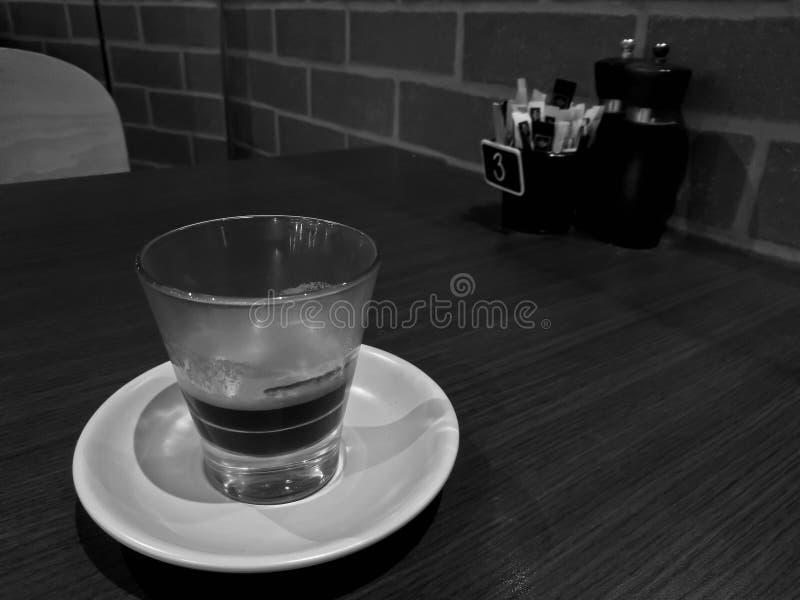 Geconcentreerde vers gebrouwen hete Italiaanse Espresso zwarte koffie in zwart-witte toon royalty-vrije stock afbeeldingen