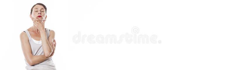 Geconcentreerde vrouw die meditatie en diepgaande bezinning, wit panorama betekenen stock foto