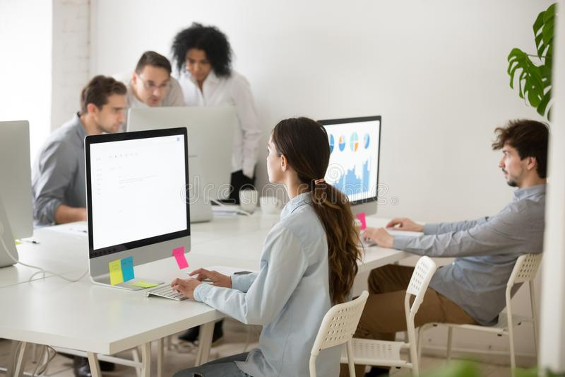 Geconcentreerde vrouwelijke werknemer het schrijven zaken e-mail bij PC stock fotografie