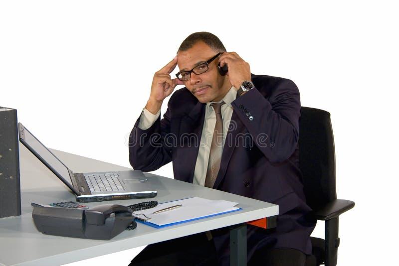 Geconcentreerde werkende zakenman stock fotografie