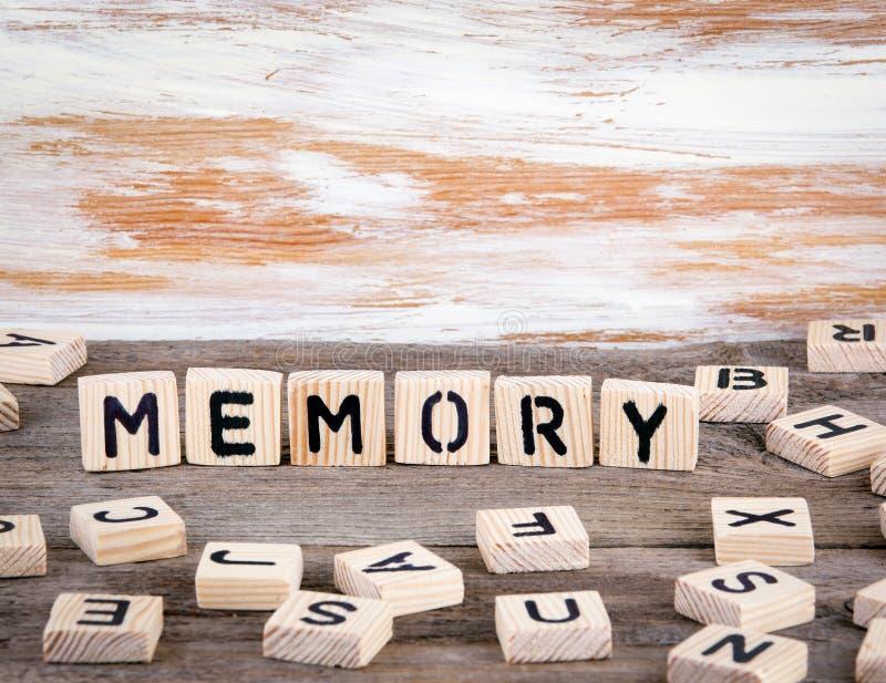 Gedächtnis vom hölzernen letterson auf hölzernem Hintergrund lizenzfreies stockfoto