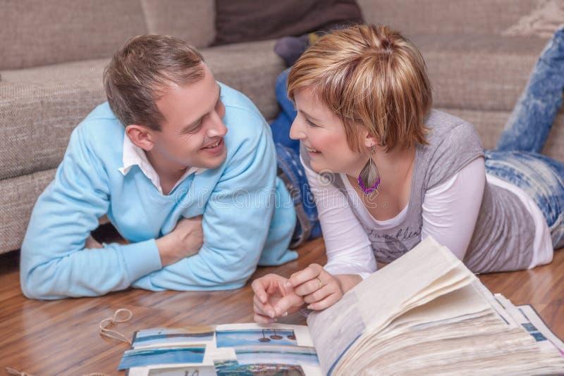 Gedächtnisse, die Paare rembering sind stockbilder