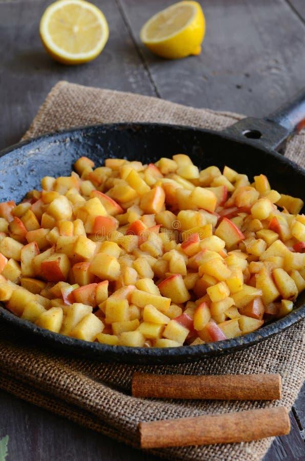 Gedämpfte Äpfel mit Zimt und Zitrone auf Eisenstein stockfotos