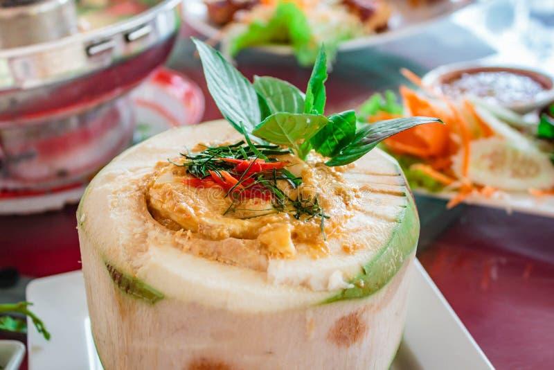 Gedämpfte Fische und Meeresfrüchte mit Curry-Paste stockfotos