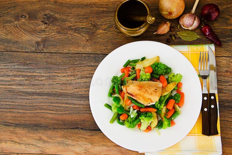 Gedämpfte Gemüse-Kartoffeln, Karotten, Mais, grüne Bohnen, Zwiebel w lizenzfreies stockfoto