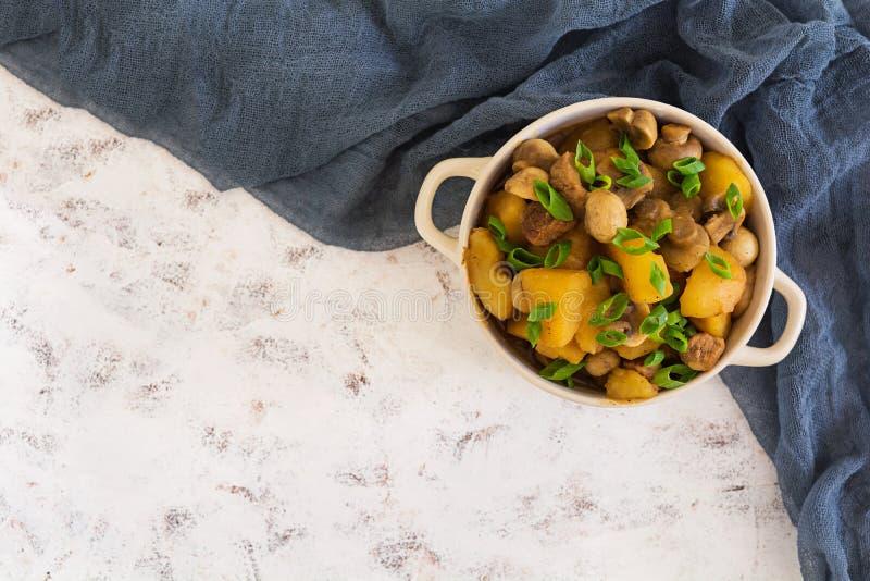 Gedämpfte Kartoffeln auf weißem Hintergrund Beschneidungspfad eingeschlossen stockfoto