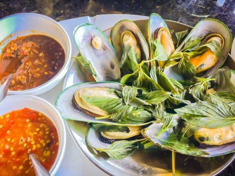 Gedämpfte Neuseeland-Miesmuscheln mit thailändischem Kraut im Meeresfrüchterestaurant Grün-lippige Miesmuschel Neuseelands (Perna stockfotografie