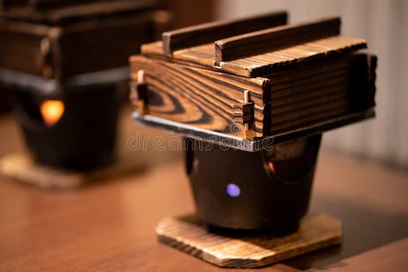 Gedämpfte Udonnudeln, im wirklichen hölzernen Topf kochen, japanische traditionelle Nahrung stockbilder