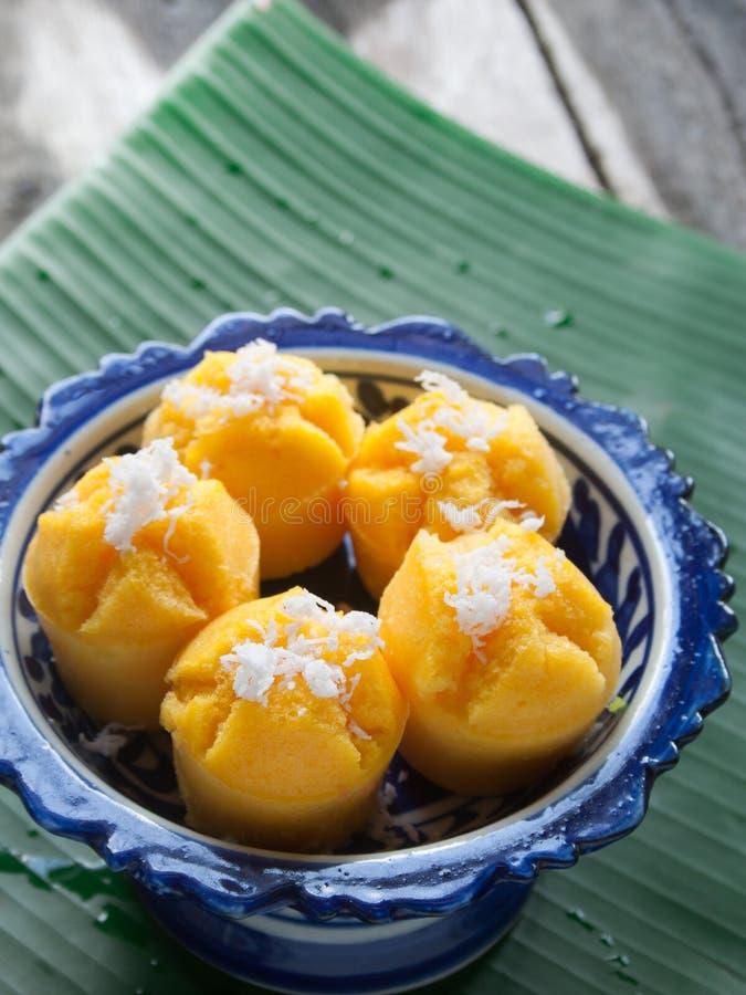 Gedämpfter Kürbis-Kuchen-thailändischer Nachtisch - Zapfen Kanom Fak lizenzfreies stockfoto