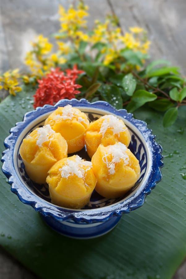 Gedämpfter Kürbis-Kuchen-thailändischer Nachtisch - Zapfen Kanom Fak stockbilder