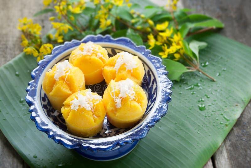 Gedämpfter Kürbis-Kuchen-thailändischer Nachtisch - Zapfen Kanom Fak lizenzfreies stockbild