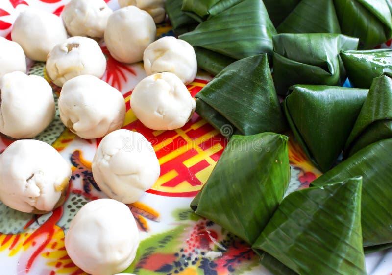 Gedämpfter Reisteig mit dem süßen Kokosnussanfüllen. stockfotos