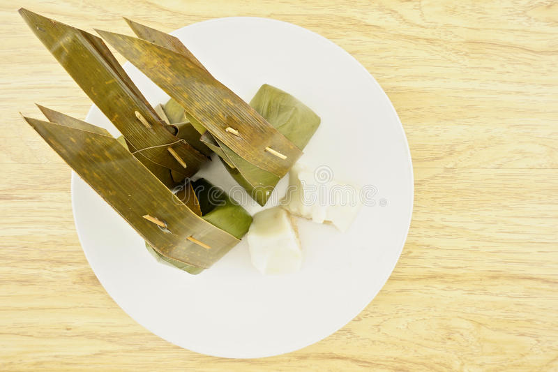 Gedämpfter Reisteig mit der süßen Kokosnuss, die thailändischen Nachtisch anfüllt stockfoto