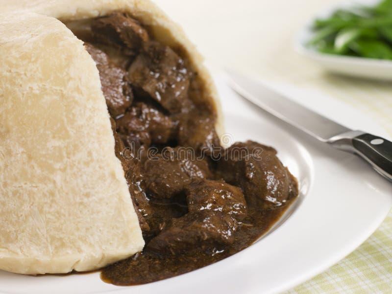 Gedämpfter Steak-und Niere-Pudding mit grünen Bohnen lizenzfreies stockbild