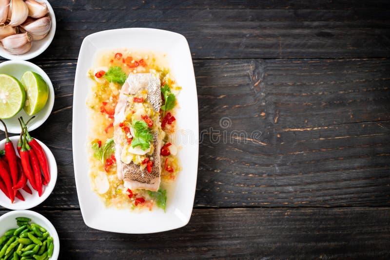 Gedämpftes Barsch-Fischfilet mit Chili Lime Sauce in der Kalkbehandlung lizenzfreie stockfotografie