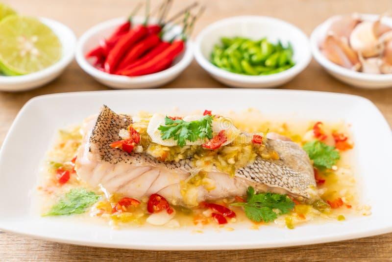 Gedämpftes Barsch-Fischfilet mit Chili Lime Sauce in der Kalkbehandlung stockfotos