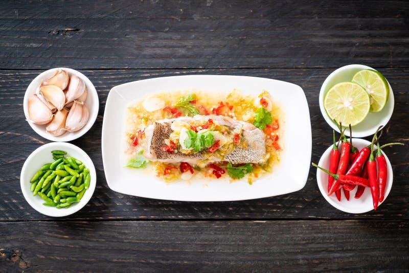 Gedämpftes Barsch-Fischfilet mit Chili Lime Sauce in der Kalkbehandlung stockbild