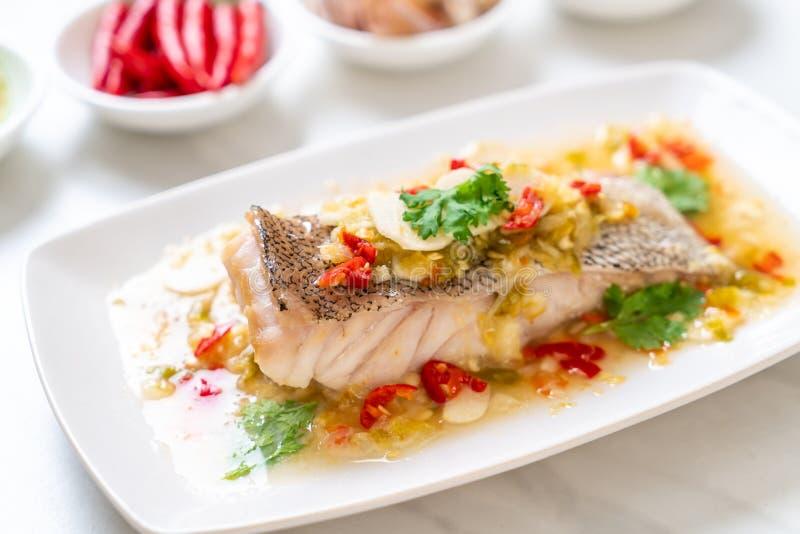 Gedämpftes Barsch-Fischfilet mit Chili Lime Sauce in der Kalkbehandlung lizenzfreie stockbilder