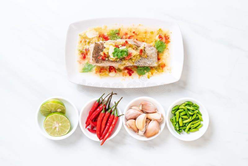 Gedämpftes Barsch-Fischfilet mit Chili Lime Sauce in der Kalkbehandlung stockbilder