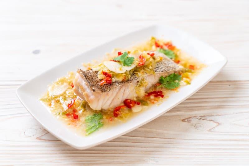 Gedämpftes Barsch-Fischfilet mit Chili Lime Sauce in der Kalkbehandlung stockfoto