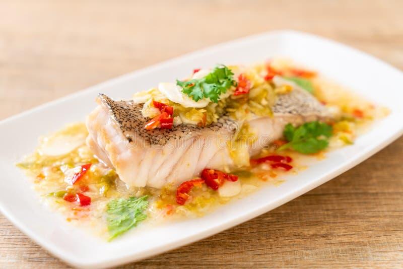 Gedämpftes Barsch-Fischfilet mit Chili Lime Sauce in der Kalkbehandlung stockfotografie