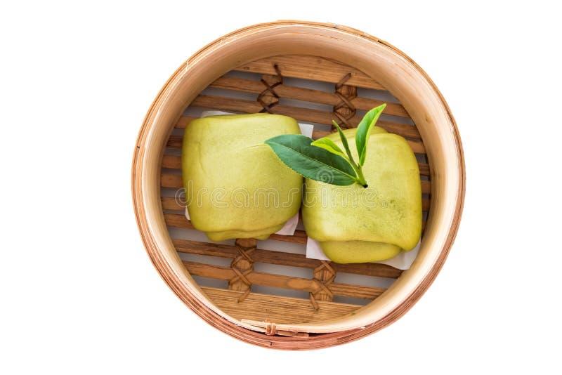 Gedämpftes Brötchen und grüne Teeblätter lokalisiert auf weißem Hintergrund stockfotos