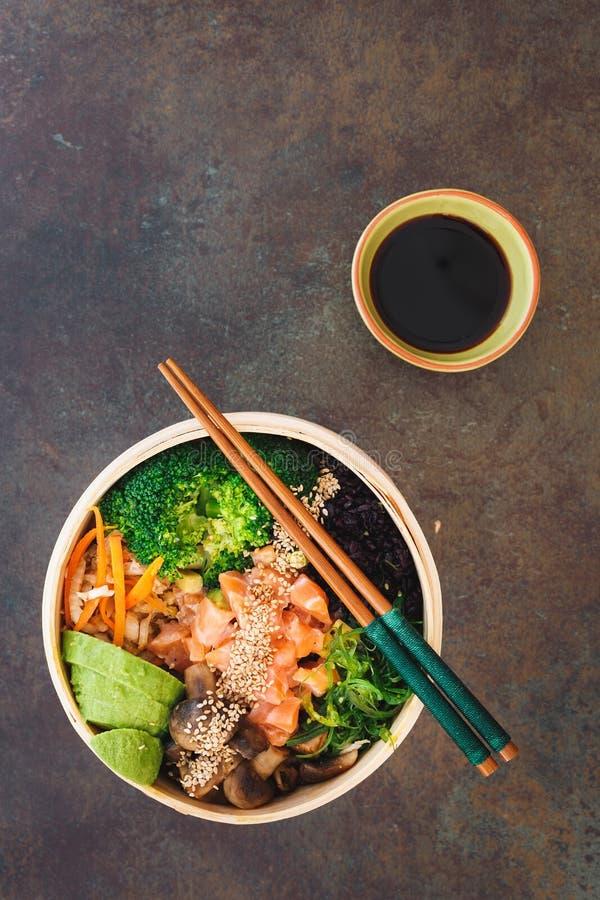Gedämpftes Gemüse, Meerespflanze und Fische im Bambuskorb stockbilder