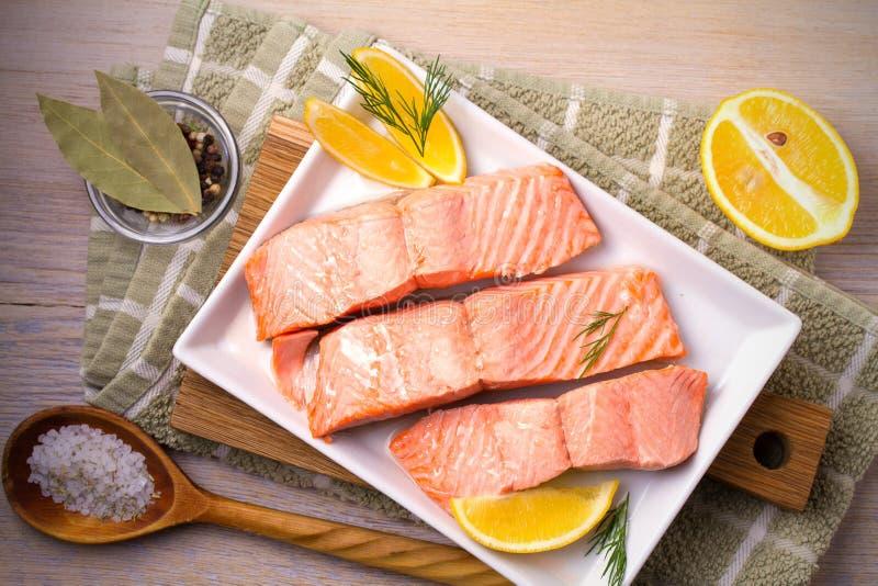 Gedämpftes Lachsfischfilet auf weißer Platte Säubern Sie essen, gesundesund Diätlebensmittelkonzept stockfotografie