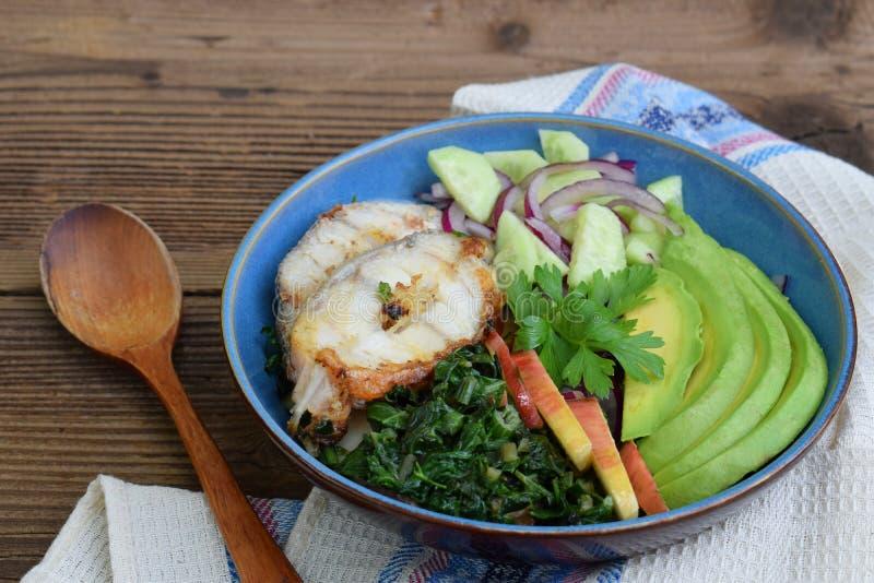 Gedämpftes Mangoldgemüse mit Äpfeln, Avocado, Fischen und Salat von Gurken, Zwiebeln Aip-Frühstück, -abendessen oder -mittagessen lizenzfreie stockbilder