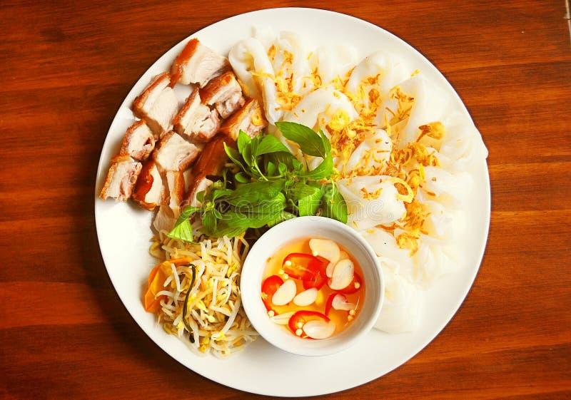 Gedämpftes Reispapier oder banh uot mit gegrilltem Schweinefleisch, Fischsauce und lizenzfreies stockbild