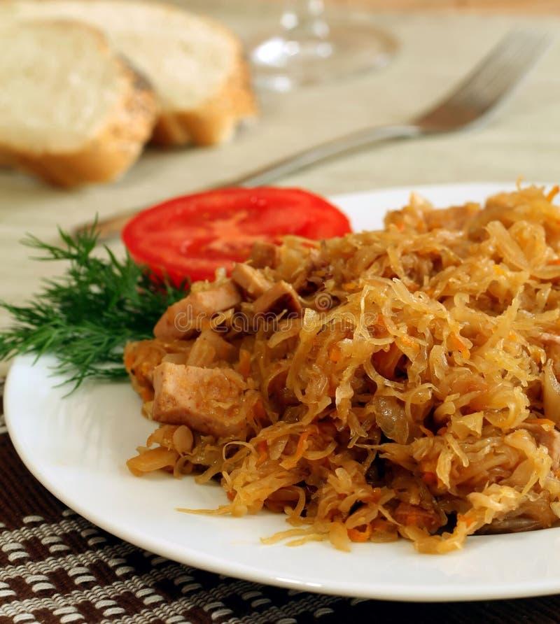 Gedämpftes Sauerkraut mit Wurst auf einer Platte stockbild