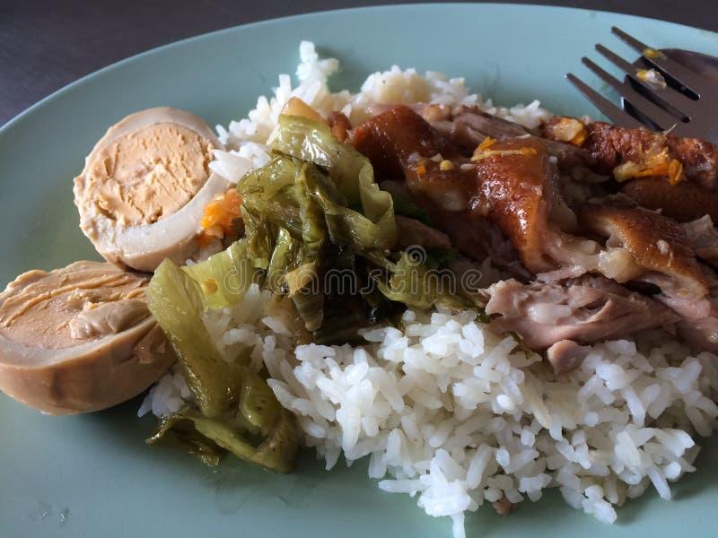 Gedämpftes Schweinefleischfahrwerkbein auf Reis stockfoto