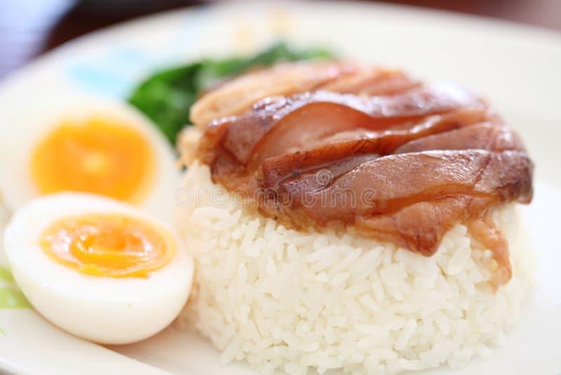 Gedämpftes Schweinefleischfahrwerkbein auf Reis stockbilder