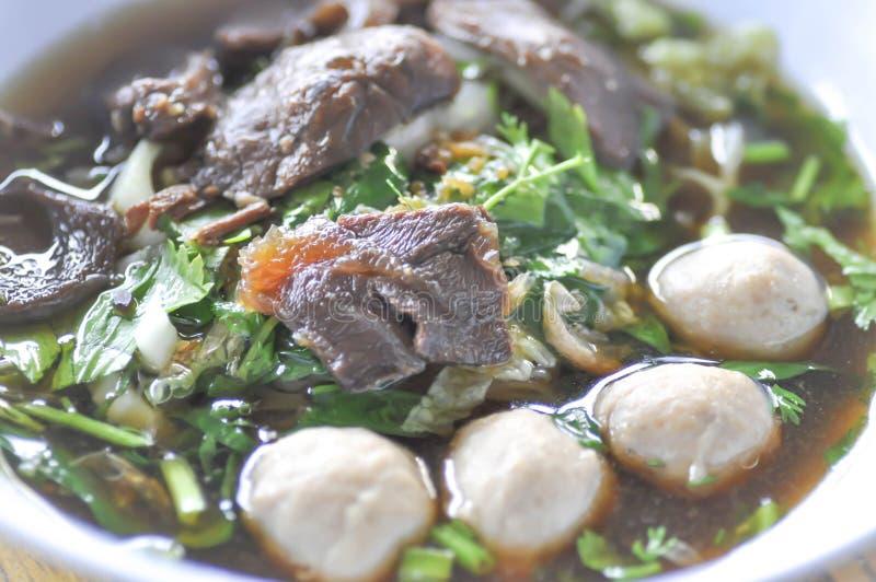Gedünstete Rindereintopf- oder Rindfleischsuppe mit Fleischklöschen und Gemüse lizenzfreie stockbilder