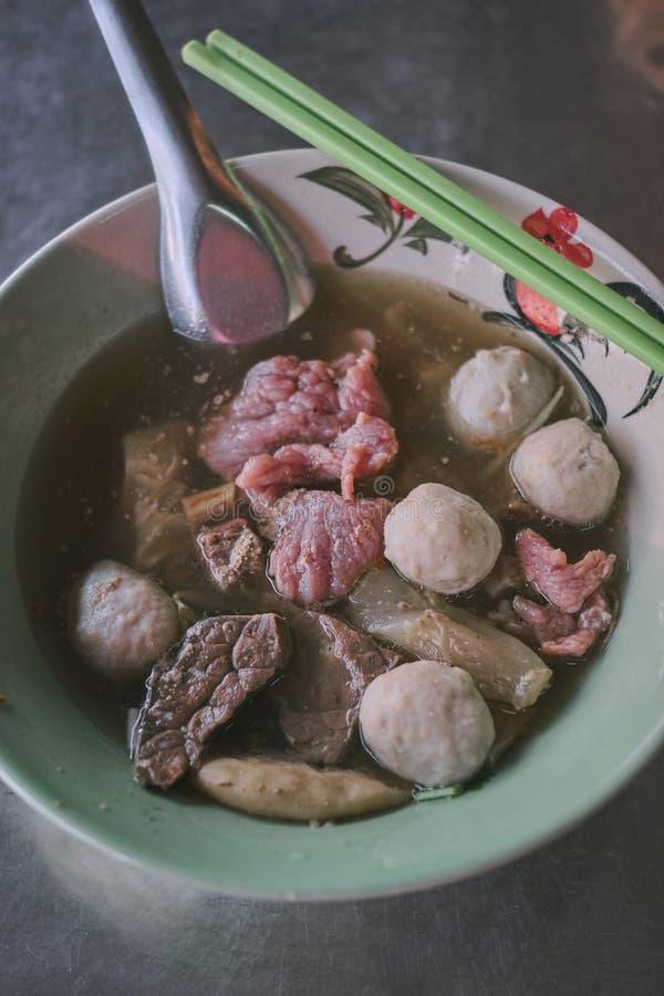 Ged?nstete Rindereintopf- oder Rindfleischsuppe mit Fleischkl?schen und Gem?se lizenzfreie stockbilder