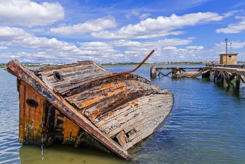 Gedaald houten schip in Seixal-Baai (Tagus-Rivier), dichtbij Lissabon stock foto
