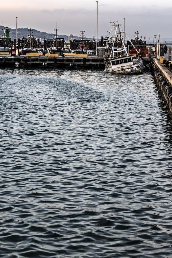 Gedaalde bijna vissersboot stock foto's