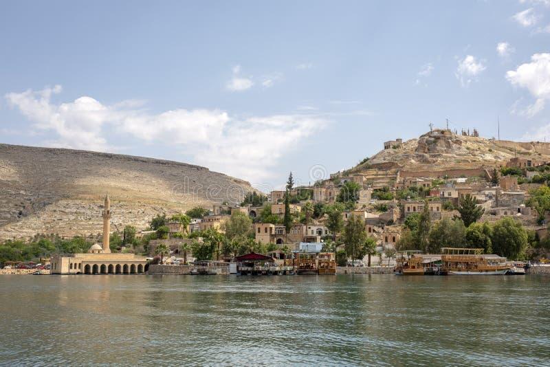 Gedaalde moskee en huizen van de stad Halfeti in Sanliurfa, Turke royalty-vrije stock afbeeldingen