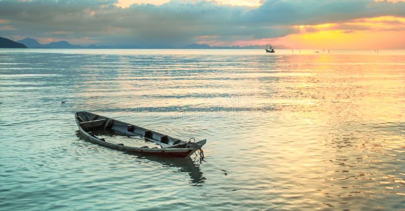 Gedaalde op zee boot stock foto's