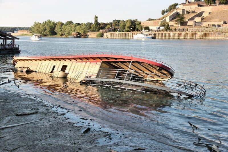 Gedaalde restaurantboot stock foto