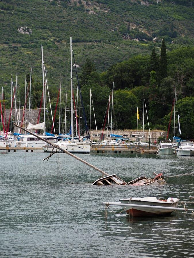 Gedaalde vernietigde boot in haven stock fotografie