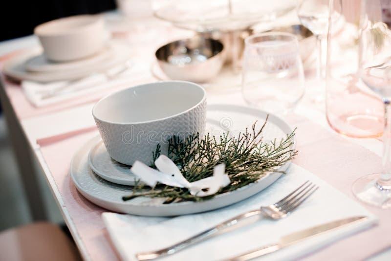 Gedeck in der weißen Farbe, mit Dekoration des Grüns Gedeck für Ereignispartei oder -Hochzeit Dekor im Grün und lizenzfreies stockfoto
