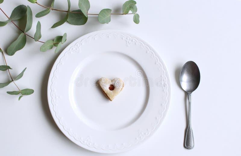 Gedeck des neuen Jahres oder des Weihnachten mit Platte und ein Löffel, ein Eukalyptus und selbst gemachten festlichen Bonbons Pa lizenzfreie stockbilder
