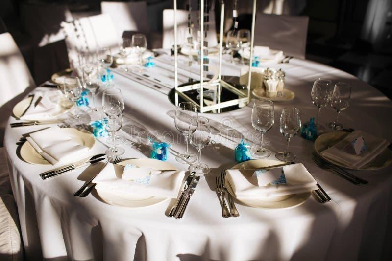 Gedeck für Abendessen Heiratsbanketthalle stockfotos
