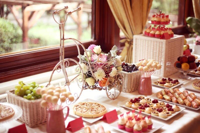Gedeck mit Blumen und Bonbons stockfoto