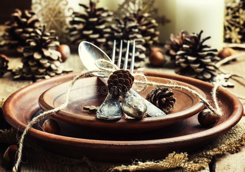 Gedeck mit Kiefernkegeln, Kerzen und Schneeflocken, Tonwaren, lizenzfreie stockfotos
