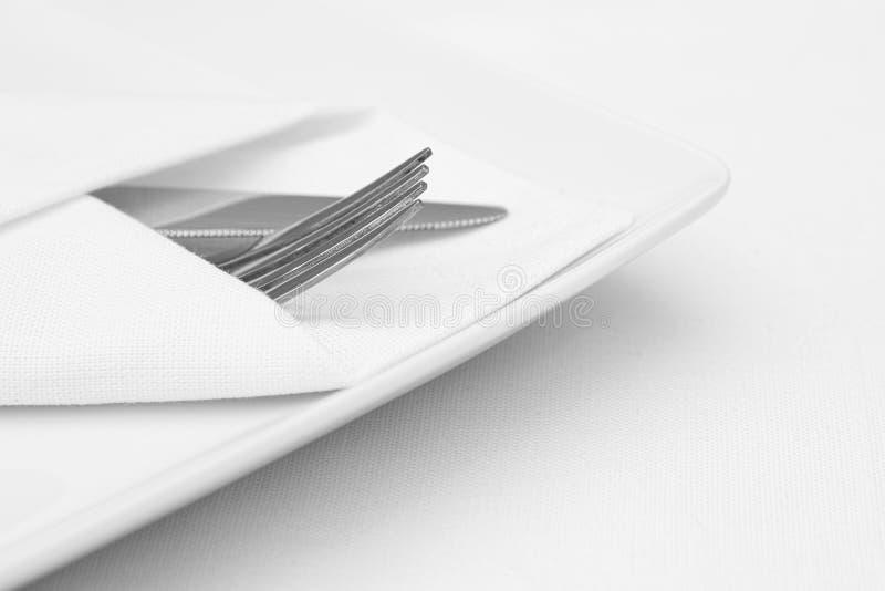 Gedeck, weiße Platte mit Tischbesteck lizenzfreies stockbild