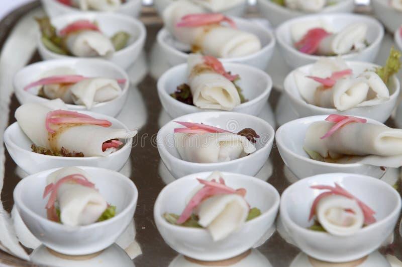 Gedeelte de lentebroodjes met kruidige saus, groenten royalty-vrije stock afbeeldingen