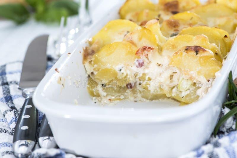 Gedeelte van Aardappelgratin stock foto's